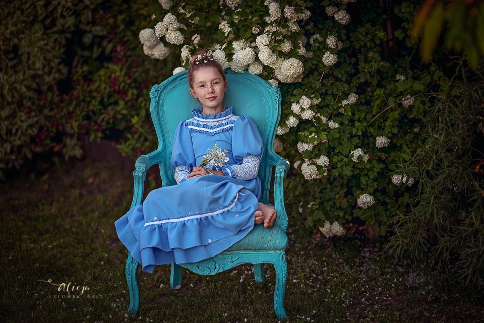 Sesje dziecięce na niebieskim fotelu